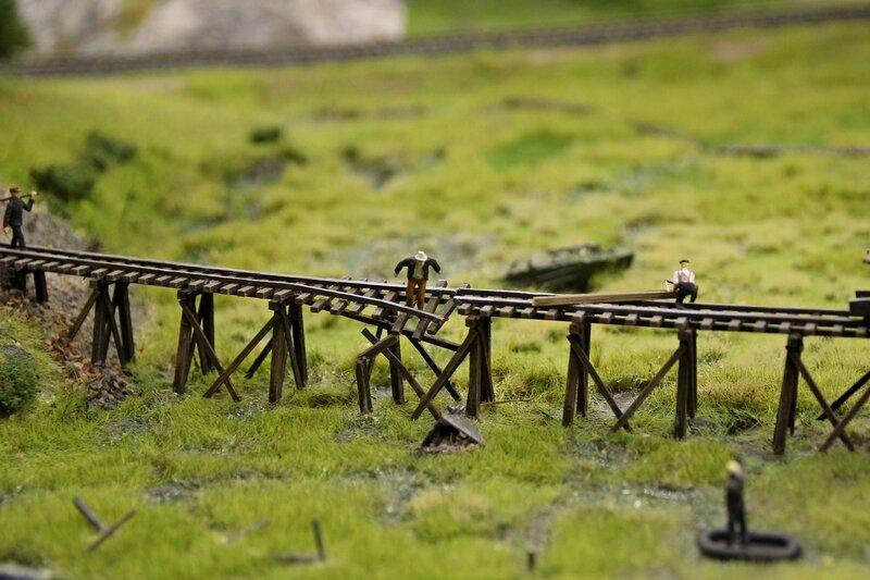 Гранд макет: сломанная деревянная эстакада от шахты, с которой упала в болото вагонетка. Крупным планом.