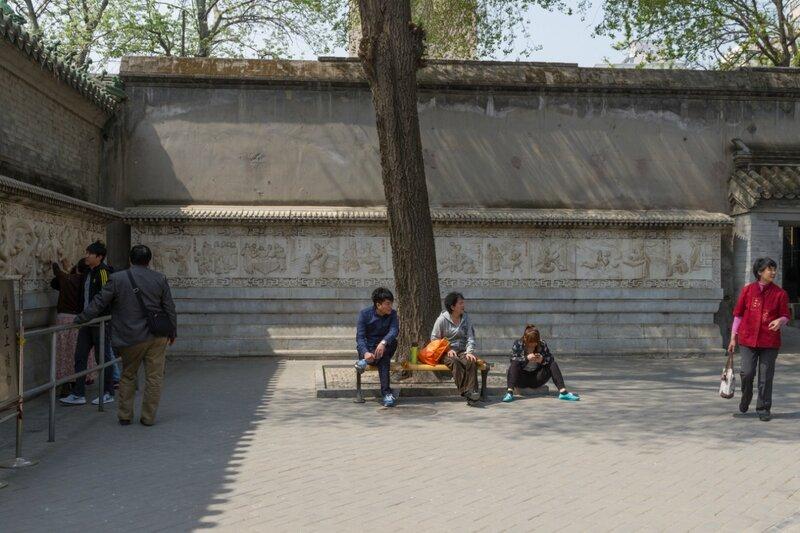 Стена с изображением сцен из жизни, храм Белого облака, Пекин