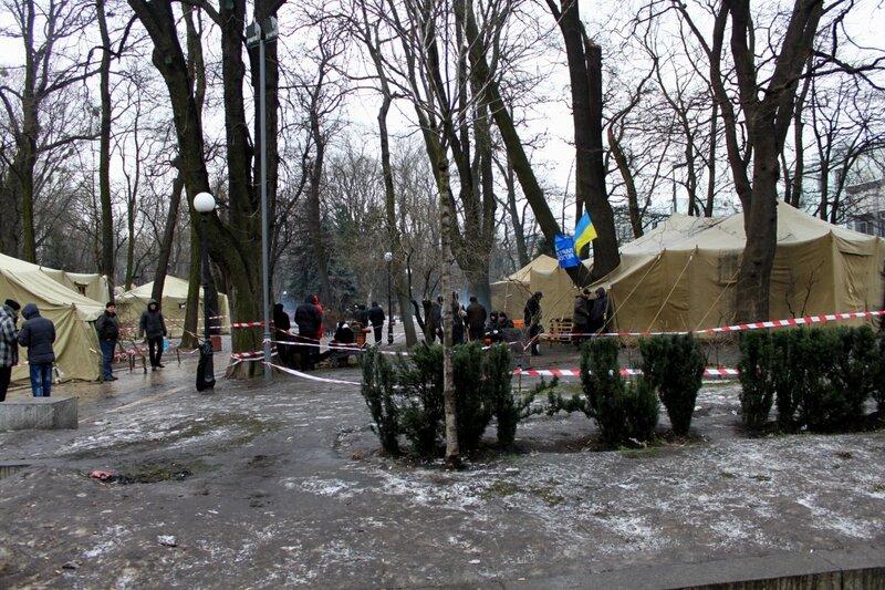 Палатки под гостиницей Киев