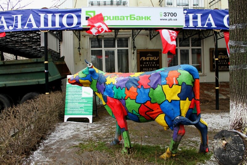 Корова перед ПриватБанком