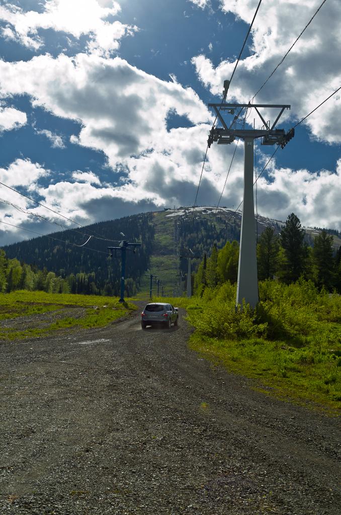 Фотография 6. Подъемник на гору Зеленая у поселка Шерегеш работает летом только до 16:40. Затем - пешком можно только подняться на ее вершину. Отчет о поездке на горнолыжный курорт в теплое время года. Снято на фотоаппарат Nikon D5100 с объективом Nikon 17-55mm f/2.8G.