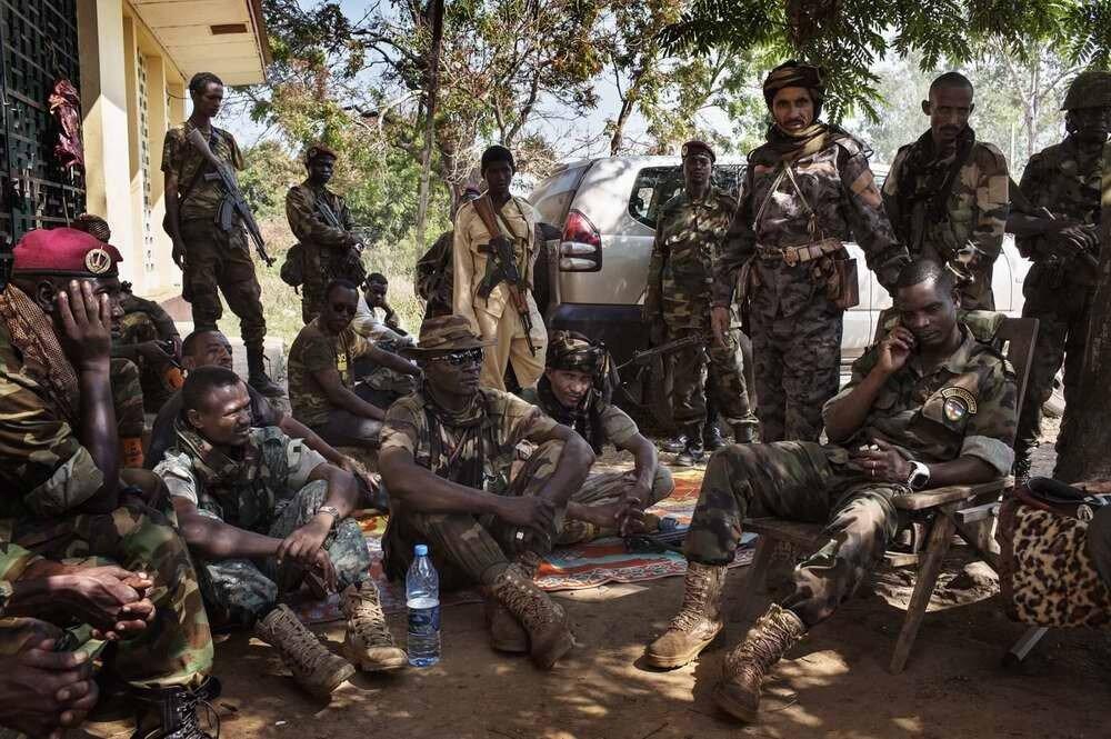 Бойцы мусульманской Seleka в процессе ведения телефонных переговоров с представителями международной неправительственной организации Human Rights Watch на одной из своих баз