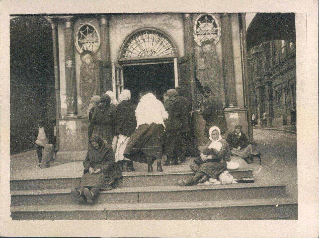 1930. Верующие возле часовни