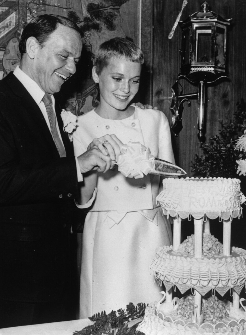 1966. Фрэнк Синатра и Миа Фэрроу разрезают торт, Лас-Вегас