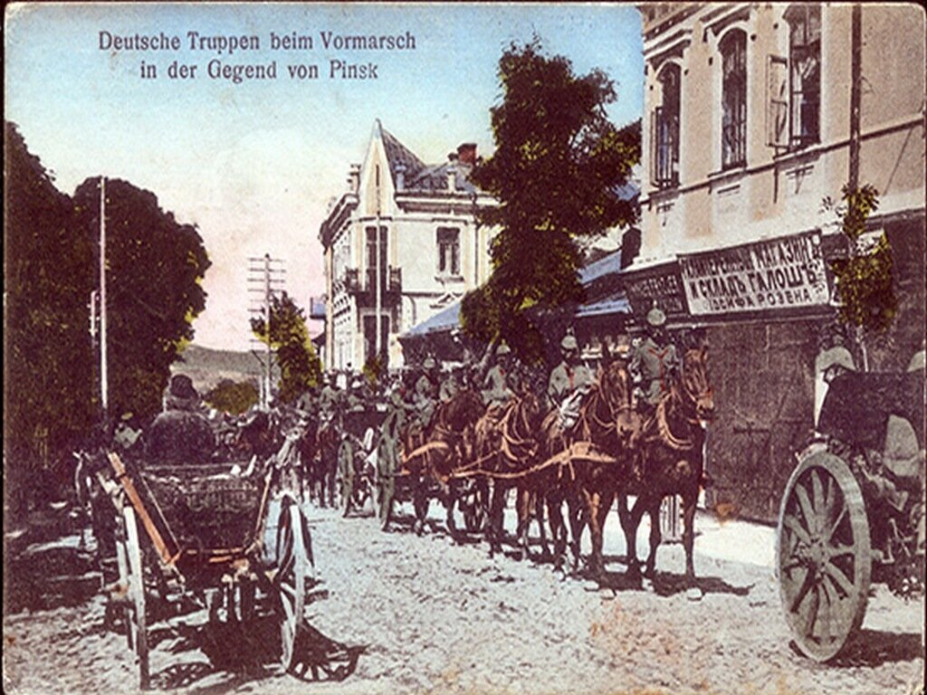 Немецкие войска проходят Пинск