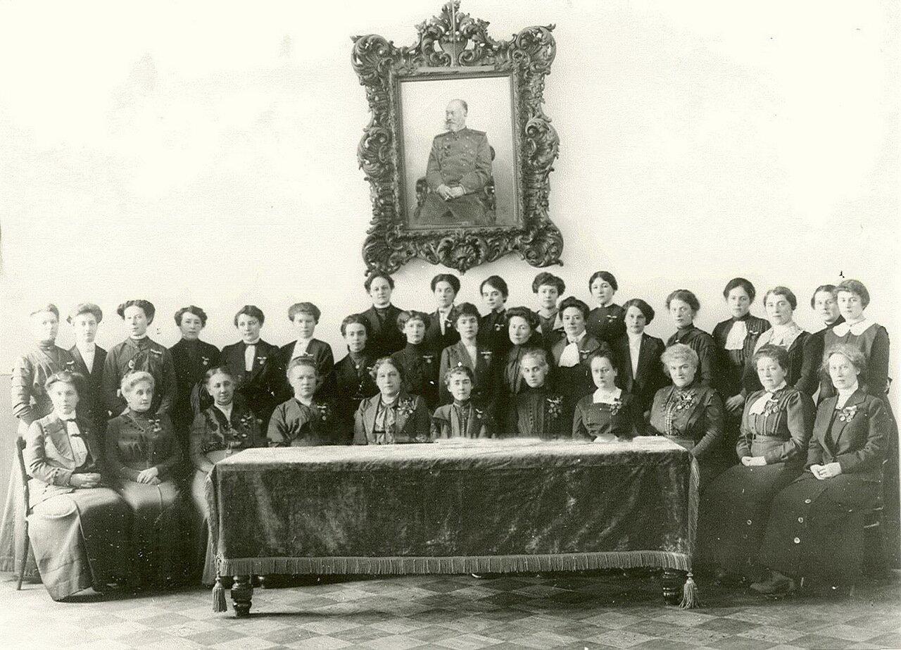 34. Группа преподавательниц и классных дам Смольного института