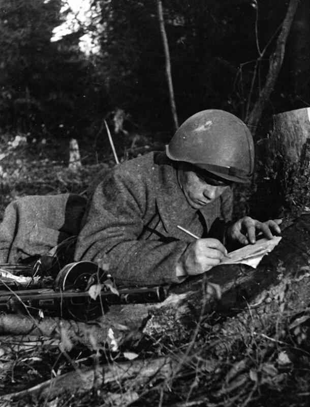 12 Красноармеец А. Черкасов пишет письмо. 1941.jpg