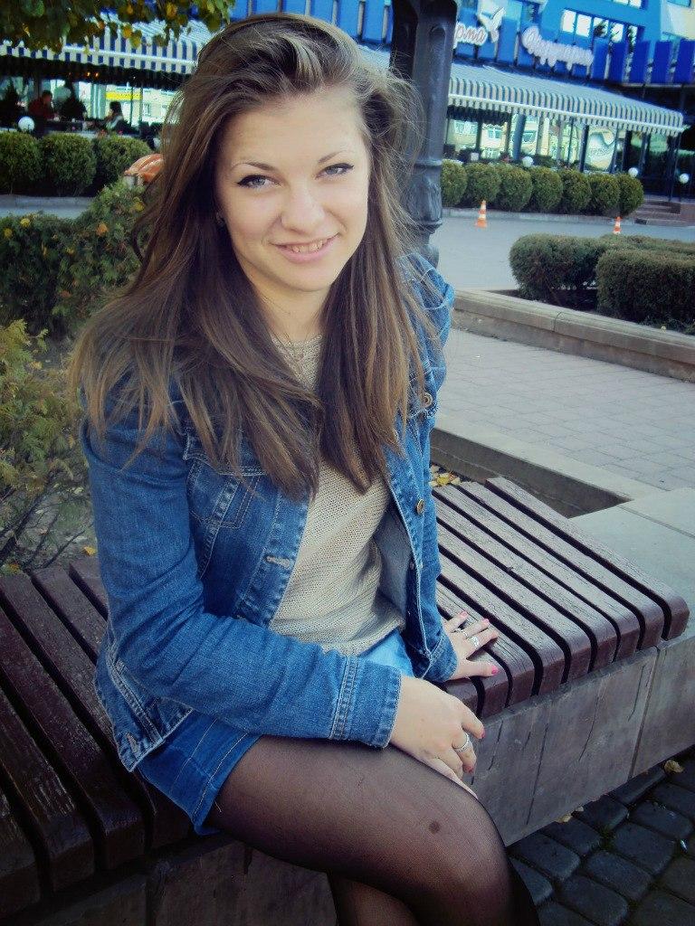 Девчонка в джинсовой куртке и шортах