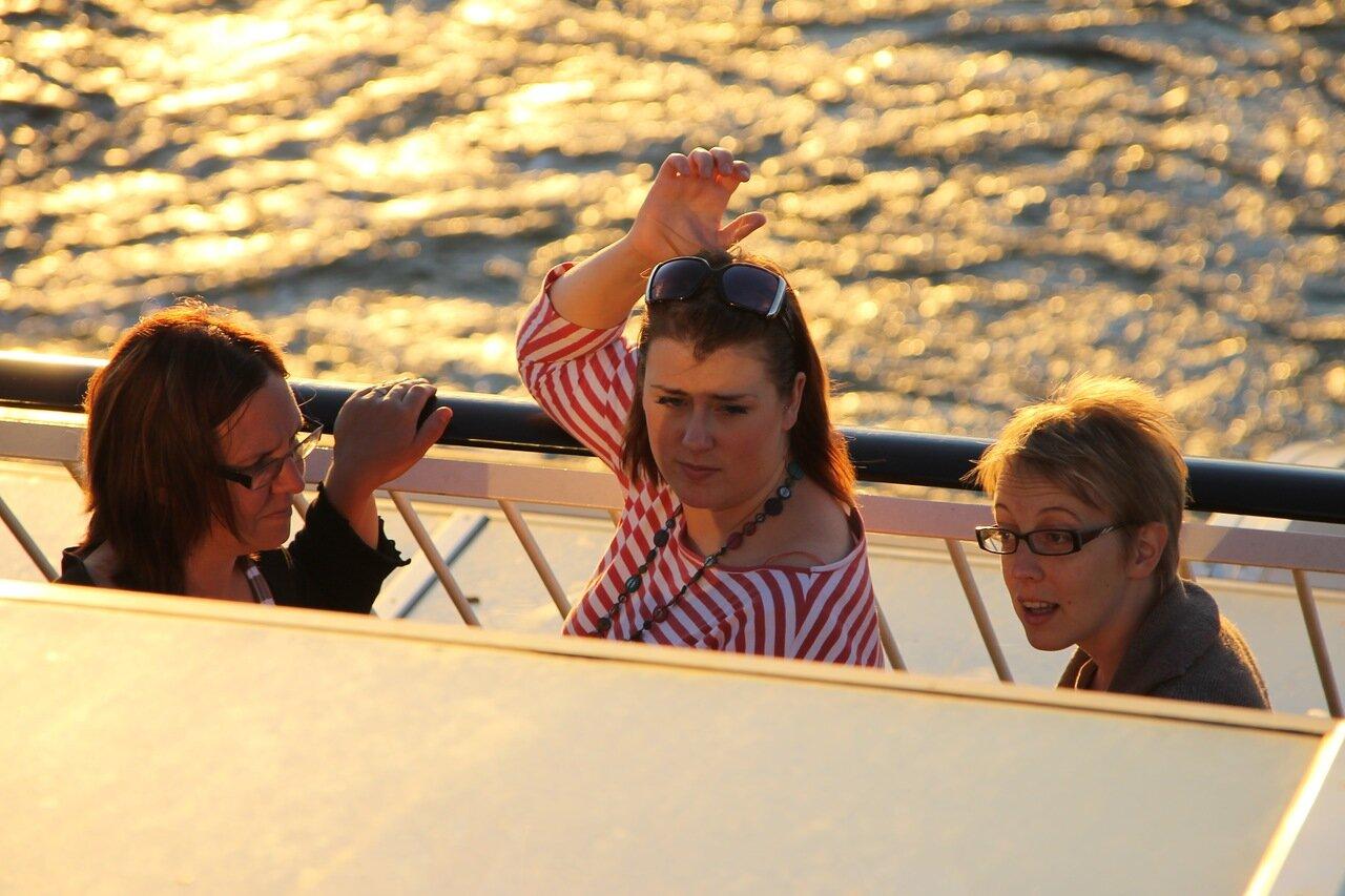 Пассажиры парома Silja Galaxy. Стокгольмские шхеры, закат