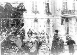 Император Николай II c императрицей Александрой Федоровной и сыном цесаревичем Алексеем отъезжает от Екатерининского дворца после окончания парада полка.
