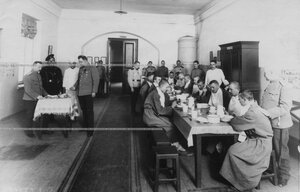 Больные солдаты за обедом в лазарете.