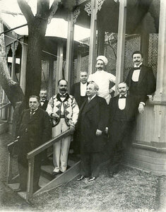 Группа служащих с владельцем ресторана Альмиром Жуэном.