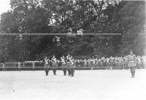 Император Николай II и старшие офицеры приветствуют войска.