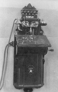Внешний вид стенного индукторного телефонного аппарата, служащего для установки однопроводной линии.
