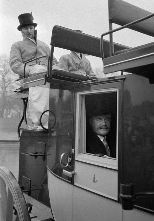 ENGLAND. London. Outside Buckingham Palace. 1959