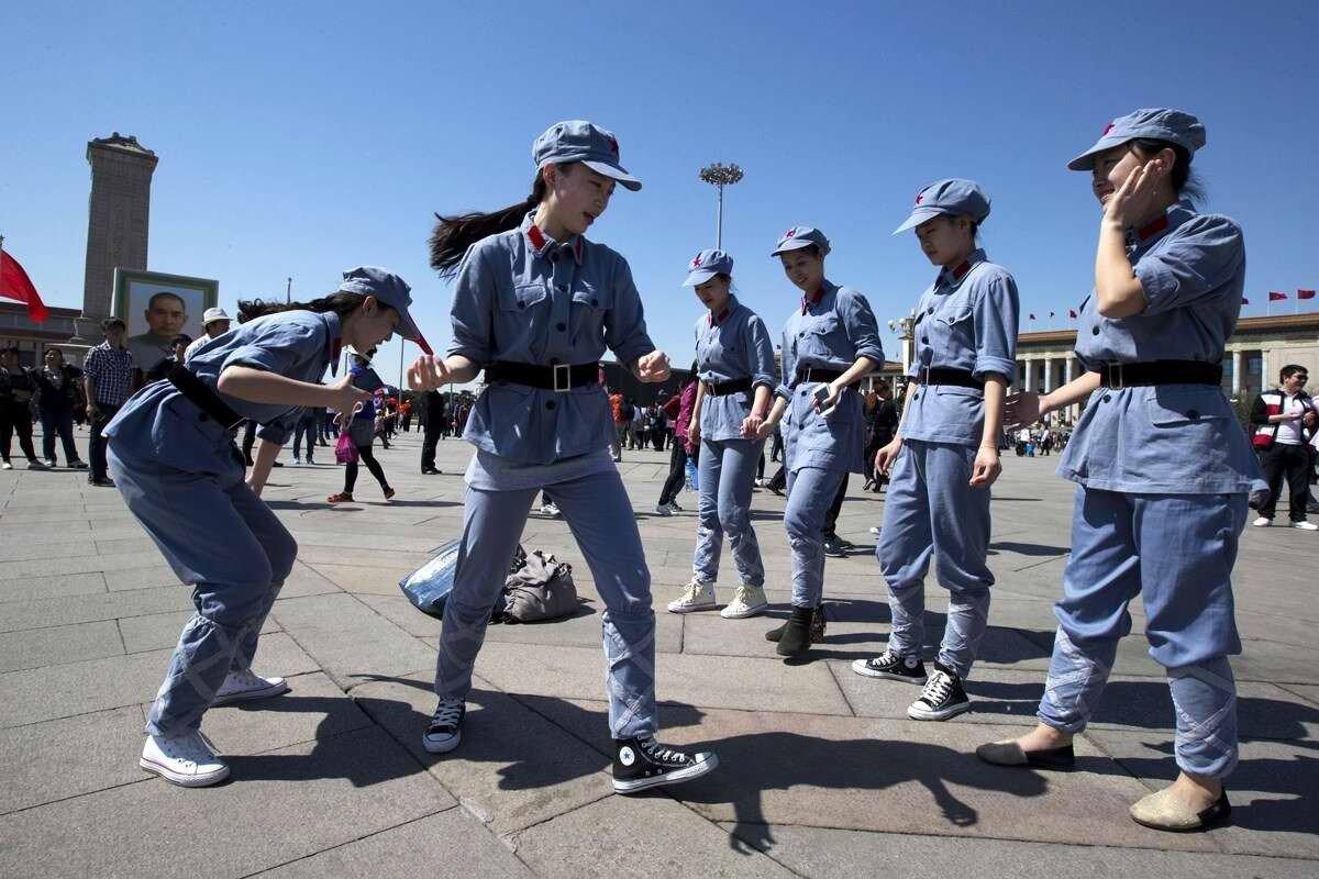 Девушки из Китайского революционного балета - Небольшая разминка перед началом открытого выступления