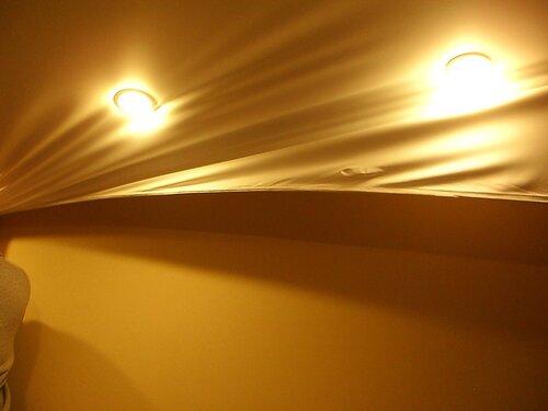 Фото 16. Натяжной потолок скрывает следы вмешательства электрика.