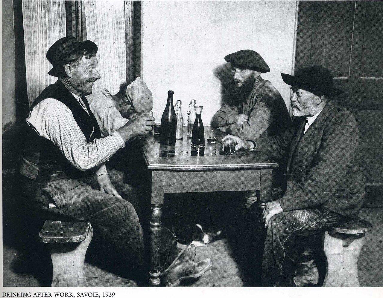 1929. Савойя. По рюмочке после работы