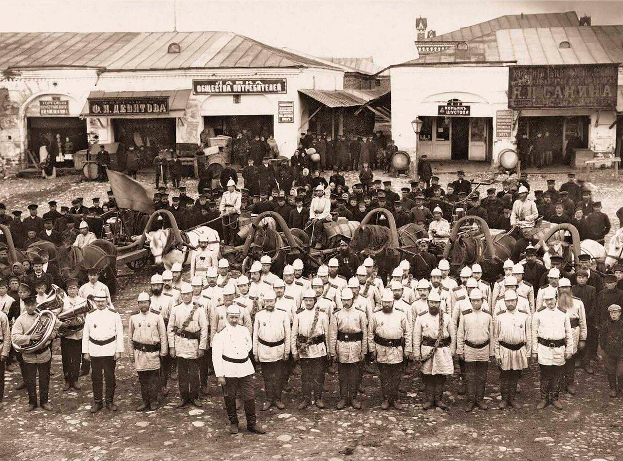 1911. Боровская Добровольная Пожарная Дружина с обозом и духовым оркестром на городской торговой площади.