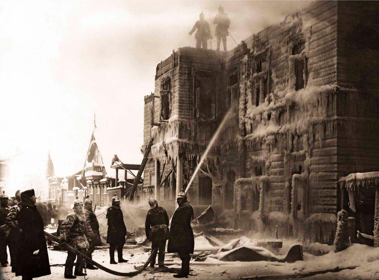 1905. Группа пожарных Петровской пожарной части работает на пожаре.