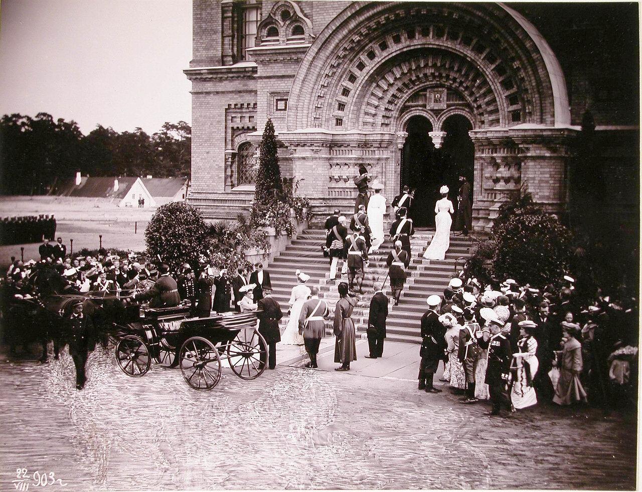 Император Николай II (на лестнице), императрица Александра Федоровна, вдовствующая императрица Мария Федоровна, великий князь генерал-адмирал Алексей Александрович и прочие входят в Морской собор