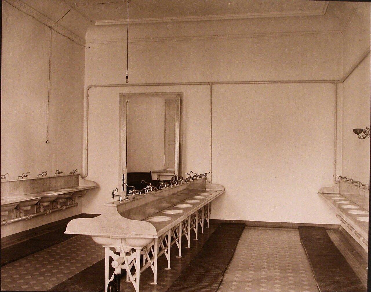 21. Вид части умывальной комнаты для воспитанниц одного из отделений института