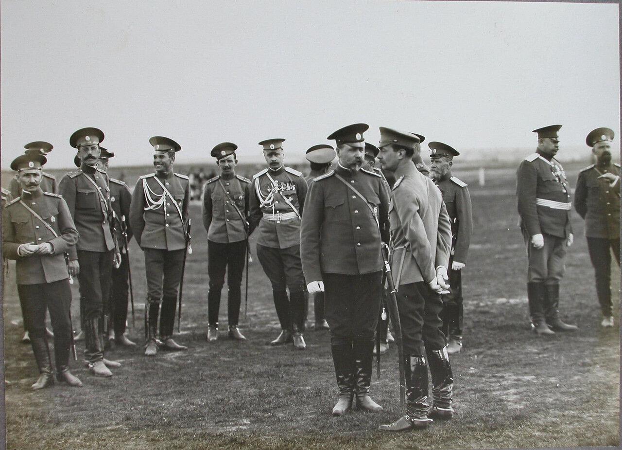 08.  Группа офицеров на плацу; в центре справа - великий князь Андрей Владимирович