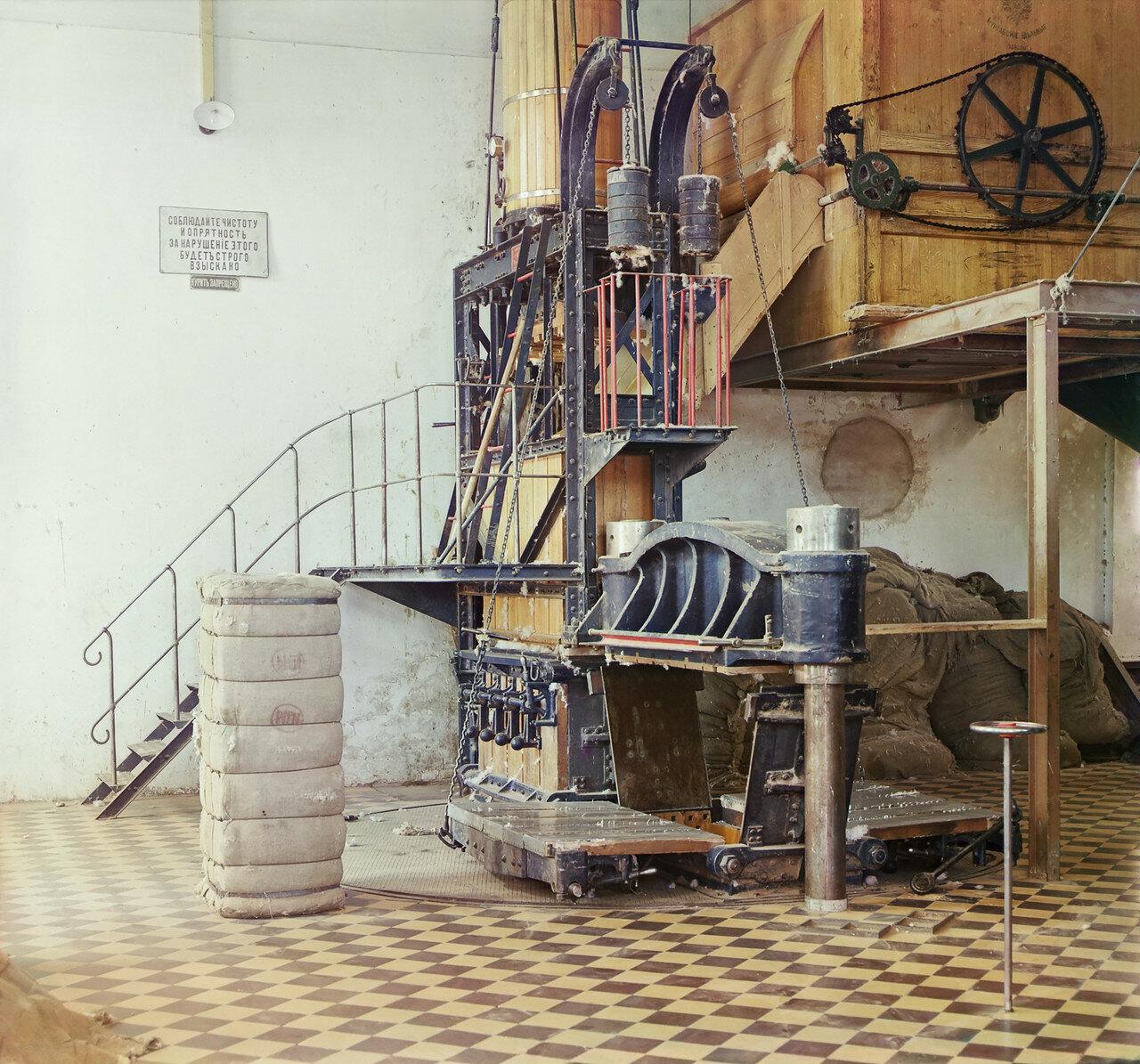 Окрестности Мерва. Байрам-Али. Мургабское имение. Прессовка готовых хлопковых кип