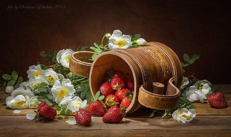 С клубникой и цветущим шиповником