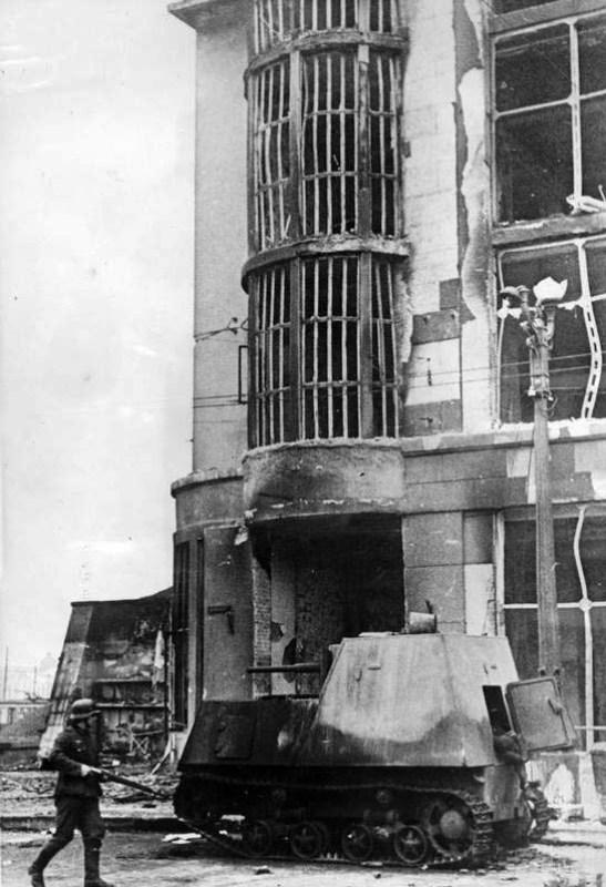 Брошенный бронетрактор ХТЗ-16 на Московском проспекте Харькова.