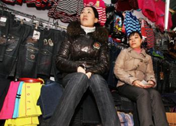 Медведев запретил мигрантам работать в аптеках и на рынках