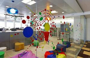 Современный офис со стеклянными перегородками