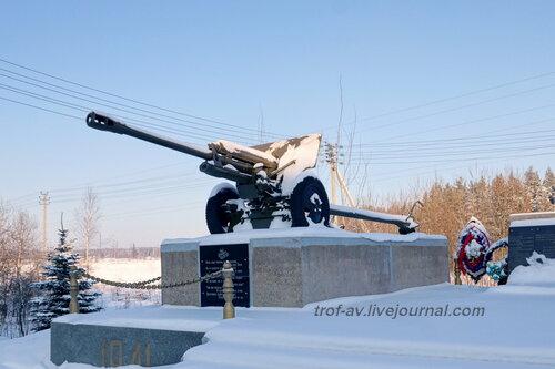 Мемориал бойцам 5-й Армии, захоронение воинов погибших и умерших от ран в 1941-1942 гг., пушка ЗиС-3, Тучково Московской обл.