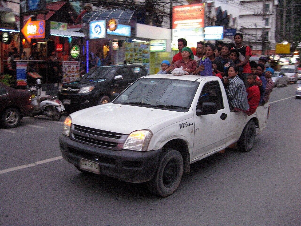 """Патонг, Пхукет, Таиланд, """"подвинься, друг, дышать трудно!"""" - владелец фото http://www.netzim.ru/"""