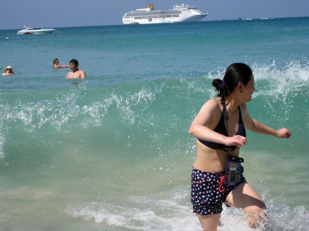 Пляж Ката, Пхукет, Таиланд. Китайская туристка пытается убежать от волны - владелец фото http://www.netzim.ru/