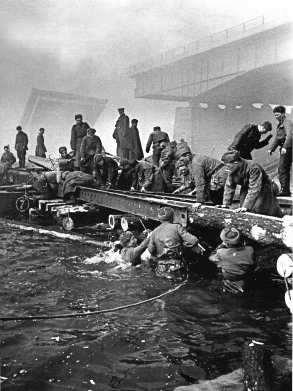 Советские саперы наводят понтонную переправу через реку Одер [2]. Апрель 1945