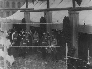 Император Николай II  и сопровождающие его лица во время молебна на закладке  новых  казарм  полка.