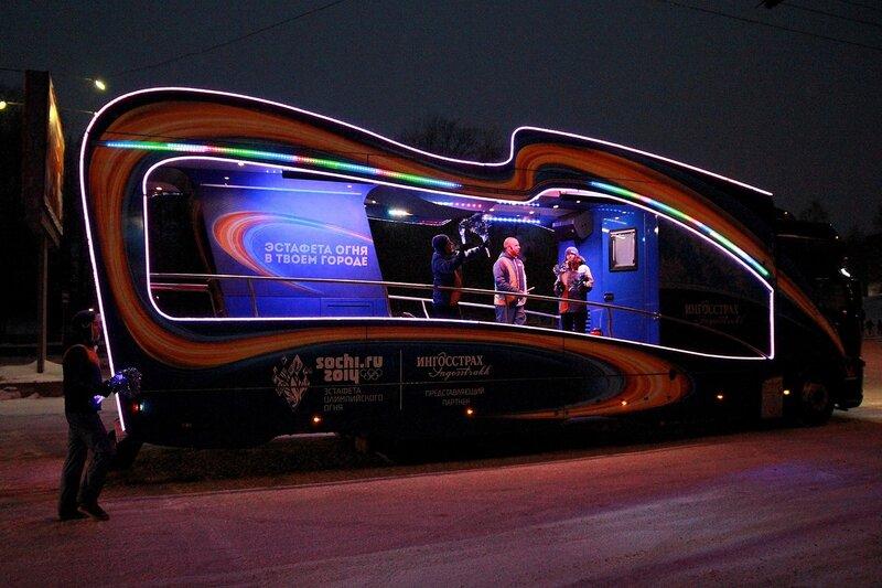 Эстафета олимпийского огня в Кирове: ингосстраховский промоавтомобиль в ночных огнях