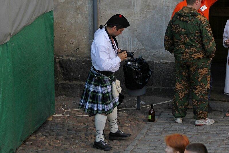 шотландец в килте с фотоаппаратом на фестивале «Майское дерево 2014»