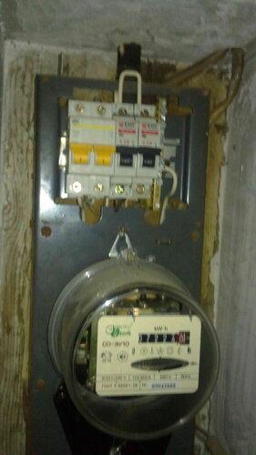 Фото 1. Квартирный щит. Ни один из автоматических выключателей не выключен, но электроснабжение квартиры отсутствует.