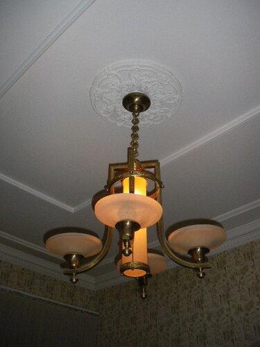 Фото 2. Остальные светильники в квартире выполнены в классическом стиле, вероятно, по индивидуальному проекту, в те же годы, что и кухонное освещение. На данном фото представлена люстра в одной из комнат квартиры.