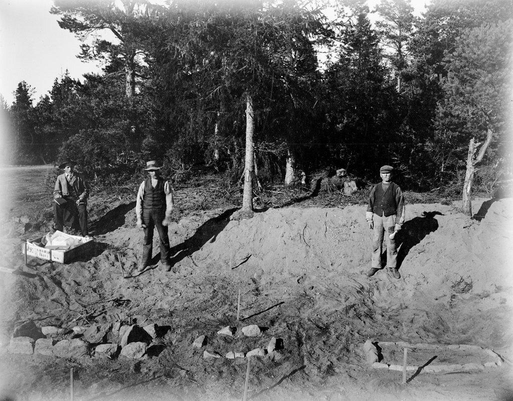Археологические раскопки поселения каменного века в селе Лангбергсода на Аландских островах в Балтийском море.1880