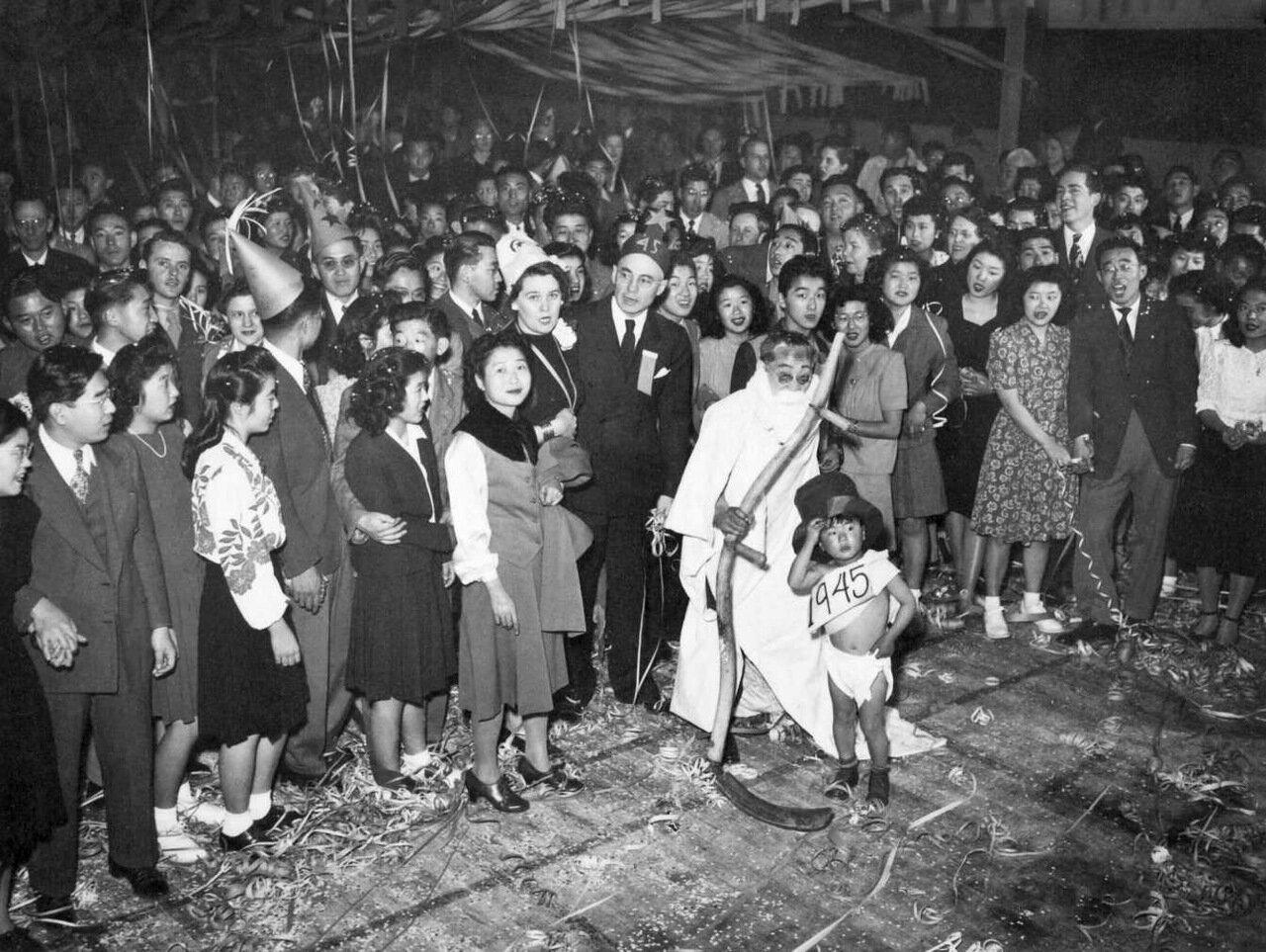 1944. Перемещенные японцы американского происхождения празднуют Новый Год в концлагере Топаз, штат Юта