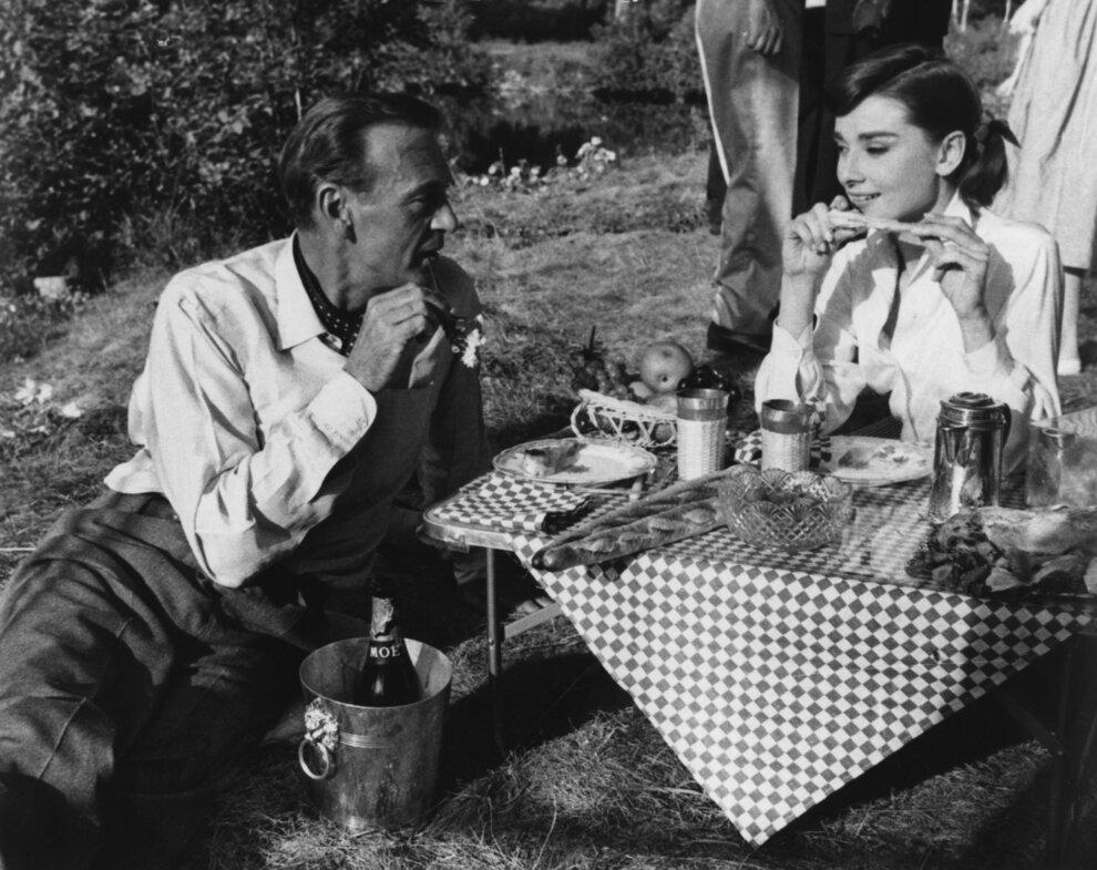 1956. Одри Хепберн и Гэри Купер на пикнике во время съемок в Париже фильма «Любовь после полудня»