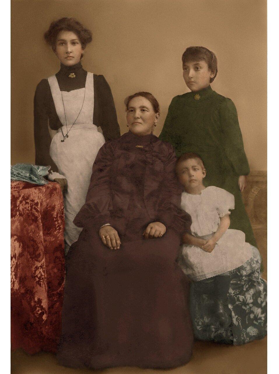 Екатерина Доримендонтовна Курч с Сотвы Севрук (Филиппова) с дочьками Людой, Лизой, Зиной