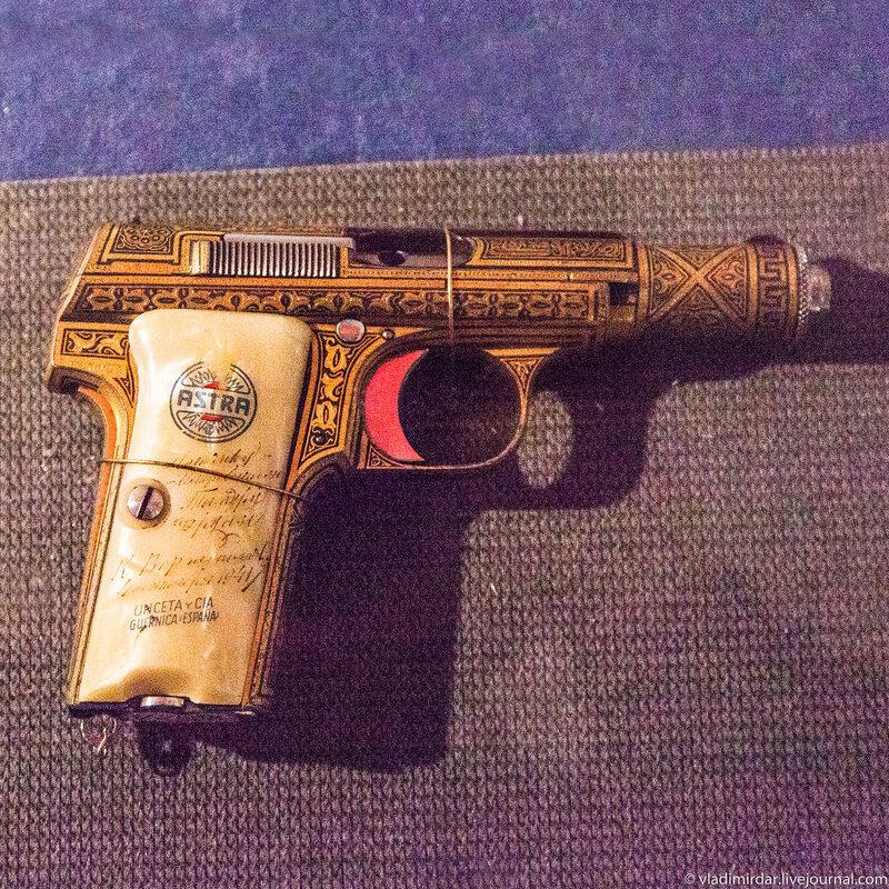 9 мм. пистолет «Астра» (Испания) образца 1922 года Т.М.Фрунзе. Подарен 4-го сентября 1941 года К.Е. Ворошиловым.