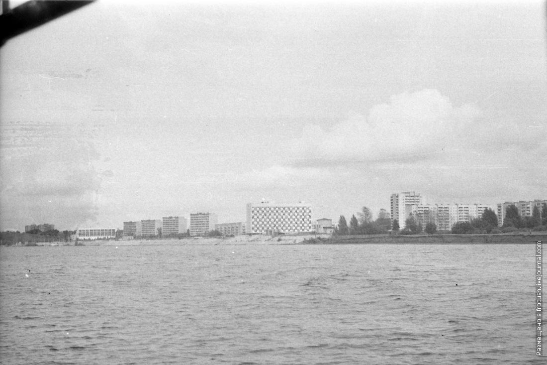 Дубна. В центре фото: корпус №3 гостиницы «Дубна», справа от неё видна насосная станция водозабора 1985 год