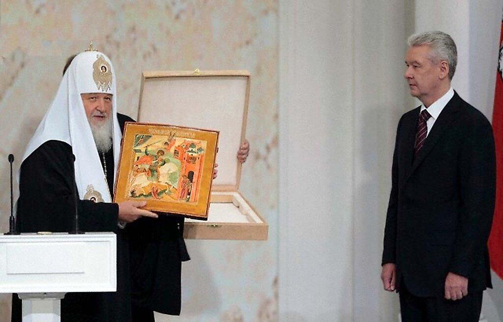 Святейший Патриарх Кирилл вручает икону Георгия Победоносца мэру Москвы С.С. Собянину по случаю инаугурации, 12 сентября, 2013 г.