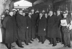 Группа акционеров Русско-Азиатского банка на перроне Николаевского вокзала.