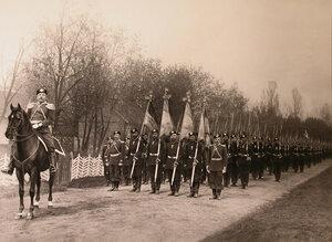 Офицеры и солдаты полка направляются к месту проведения парада.